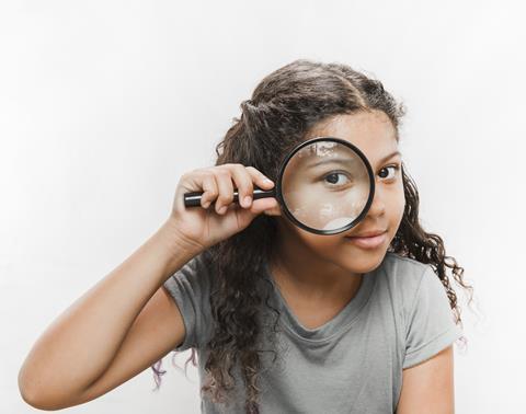 Girl with magnifying glass - Freepik